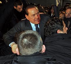 Autóba menekitik a sérült Berlusconit